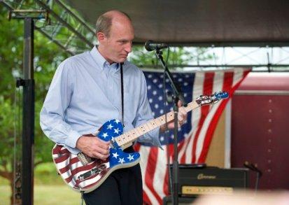 El representante republicano Thaddeus McCotter ejecuta una pieza de Chuck Berry en su guitarra Fender Telecaster, decorada con la bandera de Estados Unidos, para el deleite de sus simpatizantes, poco después de anunciar  que buscaría la candidatura presidencial de su partido, durante el Festival de la Libertad WAAM en Whitmore Lake, Míchigan, el sábado 2 de julio de 2011. (AP foto/Lon Horwedel)